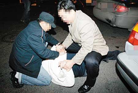 猖狂毒贩子街边公开进行交易