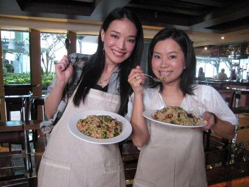 舒淇(左)为林珊珊主持的节目做嘉宾