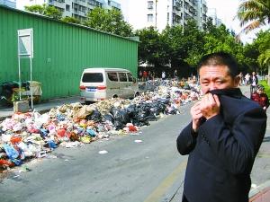 垃圾发出臭味,附近居民只得掩鼻而过。