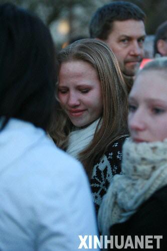 3月11日,在德国斯图加特市附近的小镇温嫩登,遇害者亲友们在发生枪击血案的艾伯特维尔中学附近焦急等待。当天这里发生恶性校园枪击案,造成包括枪手在内的16人丧生。德国总理默克尔说,11日全德国都沉浸在悲痛中。 新华社记者罗欢欢摄