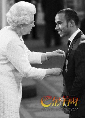 伊丽莎白二世向汉密尔顿颁发勋章。