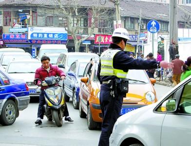 一位交警在疏导拥挤的车流