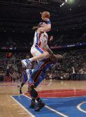 图文:[NBA]尼克斯胜活塞 赫尔曼强攻罗宾逊