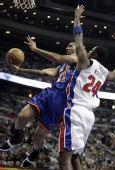 图文:[NBA]尼克斯胜活塞 钱德勒上篮