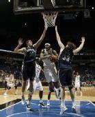 图文:[NBA]森林狼胜灰熊 史密斯强攻篮下