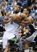 图文:[NBA]森林狼胜灰熊 戈麦斯强攻盖伊