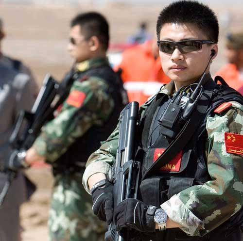 中国武警在警戒。