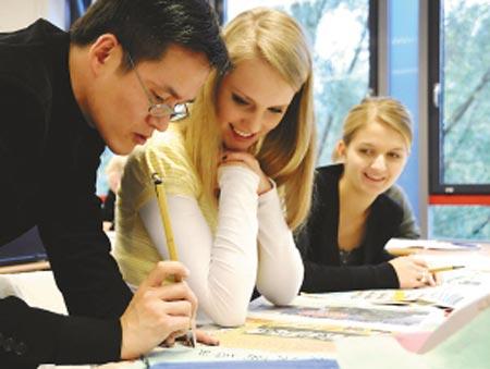 德国汉诺威孔子学院,德国中学生学写毛笔字。