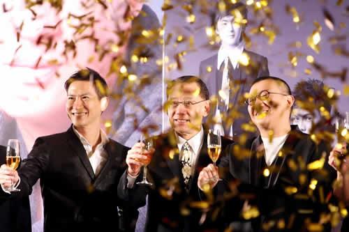 英皇老板杨受成(中)、张家辉(左)、杜汶泽举杯祝贺。