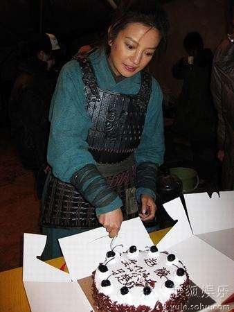 赵薇给剧组工作人员分蛋糕