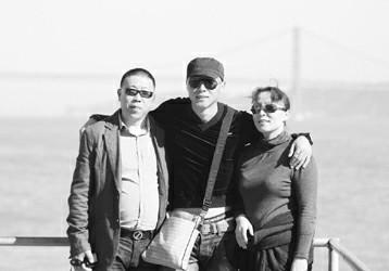 于大宝(中)和父母在一起  李元春