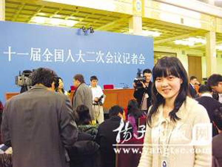 本报特派记者石小磊在记者会现场。