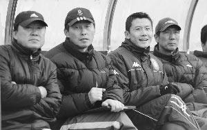 2:1,裴恩才(左)的舜天给球迷交上了一份还算满意的答卷