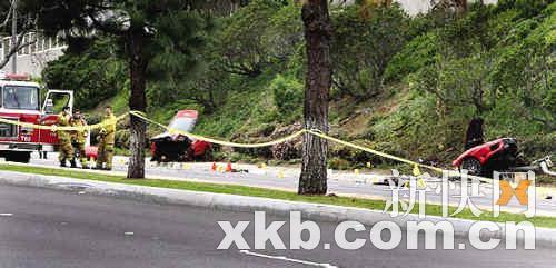 ■车祸现场的法拉利断成两截。