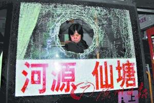 公共汽车的玻璃被砸开一个大窟窿。