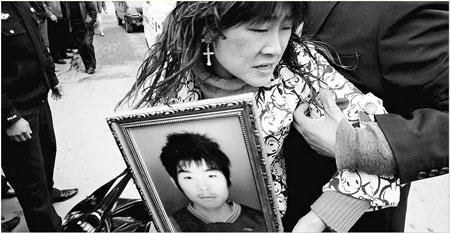 3月13日,一名在政府部门工作的徐家亲属劝说徐梗荣的姐姐息事宁人