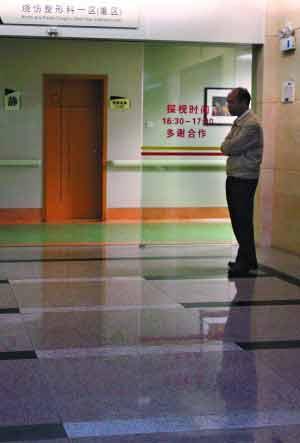 广州市红十字会医院的ICU病房前,火灾伤者的工友正等待抢救结果。信息时报记者 叶伟报 摄