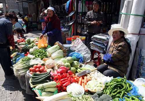 3月14日,西藏百姓自由逛街购物,市场上物品丰富,数量充足。