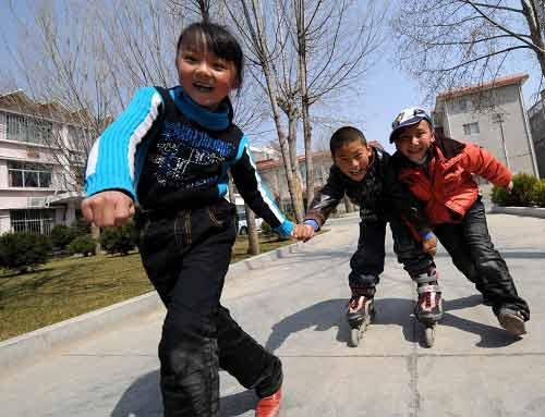 3月14日,孩子正在玩耍。当日是周末,拉萨的人们享受春日的悠闲时光。