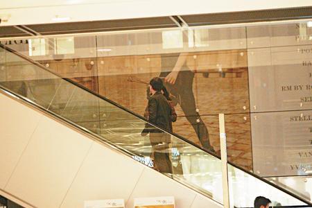 朱玲玲与罗康瑞到商场购物