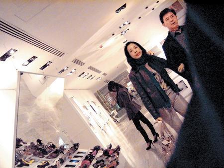朱玲玲挽着新婚夫婿罗康瑞臂弯在商场闲逛