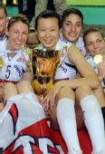 图文:诺瓦拉女排欧俱杯夺冠 冯坤怀抱金杯
