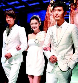 黄晓明(右起)、大S、何润东主演的《泡沫之夏》昨吸引全亚洲媒体前来采访。
