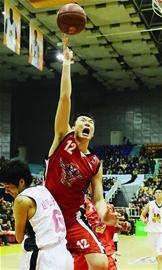 山东球员郭磊(上)在比赛中上篮。(新华社发)