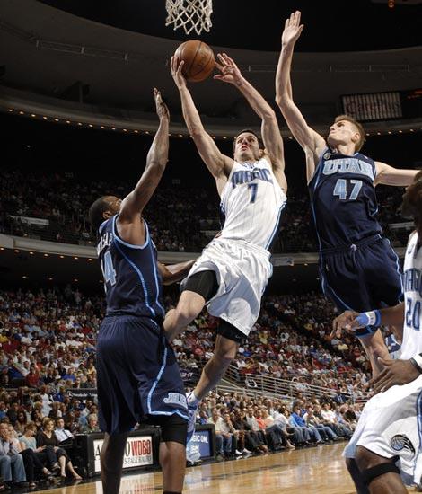 图文:[NBA]爵士负魔术 雷迪克上篮