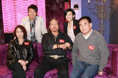 元秋(前排左起)、洪金宝和元奎出席君如(后排右)和钱嘉乐的清谈节目