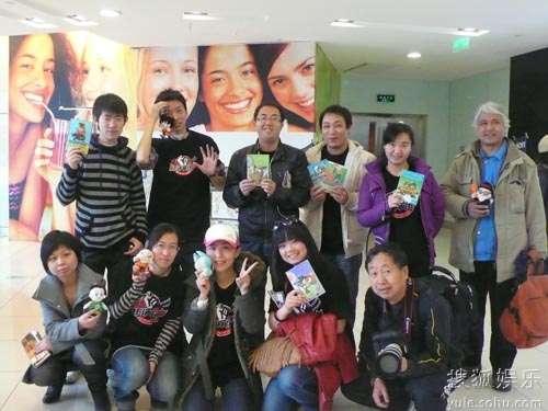 评审团成员手持《七龙珠》漫画与玩具合影