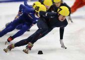 图文:短道速滑团体世锦赛决赛 美国队员比赛中