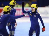 图文:短道速滑团体世锦赛决赛 韩国男队庆祝
