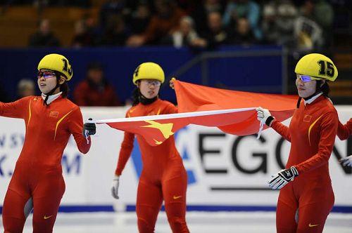 中国姑娘举国旗庆祝