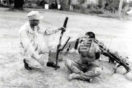 1944年12月,我军在缅北俘虏日军士兵