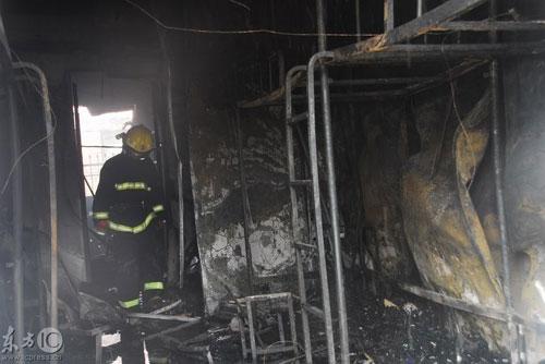 2009年3月16日,位于北京市朝阳区中央美院的学生宿舍内,一个两层的简易彩钢板结构的学生宿舍起火。消防队员正在灭火。