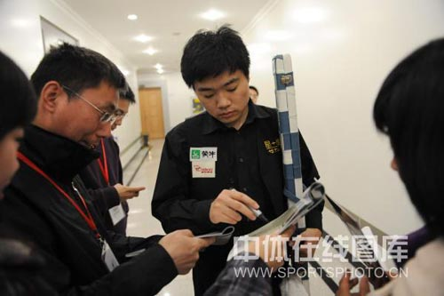 图文:丁俊晖参加新闻发布会 丁俊晖正在签名