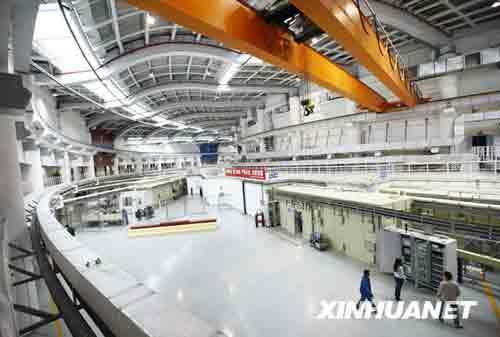 """这是3月16日拍摄的""""上海光源""""高性能电子储存环旁的部分实验站。新华社记者 裴鑫 摄"""