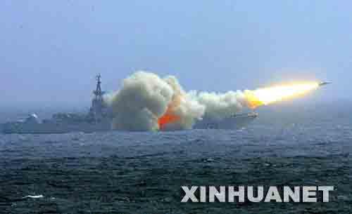 南海舰队驱逐舰发射舰舰导弹 新华社记者 査春明摄