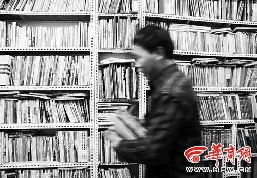 被私自卖掉的书流落到二手书市场和废品收购站 记者 董国梁 摄