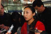 图文:中国短道队载誉归来 李琰在接受采访