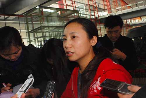 图文:中国短道队载誉归来 李琰面对记者