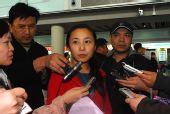 图文:中国短道队载誉归来 李琰被记者包围