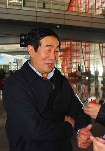 图文:中国短道队载誉归来 赵英刚接受采访