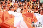 图文:[亚冠]鲁能VS斯里维加亚 球迷超大旗帜