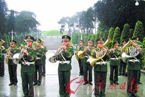 武警广东省总队军乐团在广州起义烈士陵园的祭奠大会上演奏。