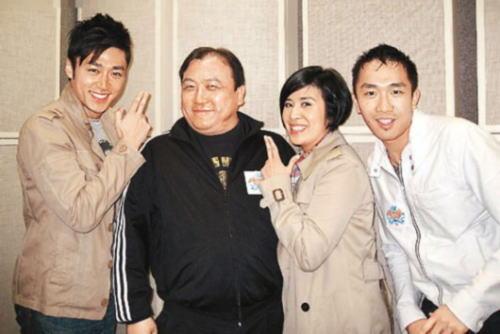 王晶(左二)接受吴君如访问时透露,拍《千王之王2000》时与周星驰合作不欢而散
