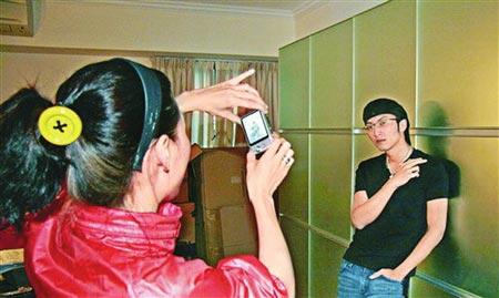 张柏芝亲自为老公谢霆锋拍照