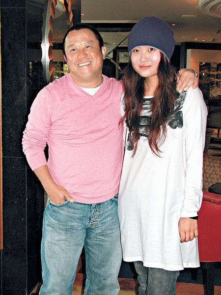 曾志伟给大家介绍《烈日当空》新导演麦曦茵。