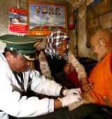 武警西藏总队医院跟踪治疗地震灾民